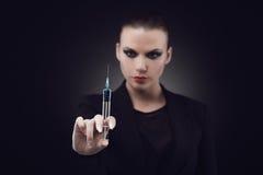 Femme avec la seringue image stock