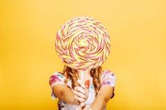 Femme avec la sucrerie énorme au lieu d'une tête photos stock
