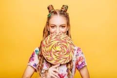 Femme avec la sucrerie énorme au lieu d'une tête image stock