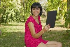 Femme avec la tablette photographie stock libre de droits