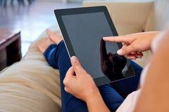Femme avec la tablette images stock