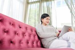 Femme avec la tablette digitale Photos stock