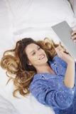 Femme avec la tablette digitale Images stock