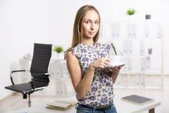 Femme avec la tasse de café blanc images stock