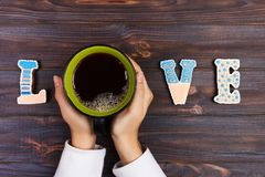 Femme avec la tasse de café chaude, avec des biscuits Concept d'amour Mot d'amour avec du café Photos libres de droits