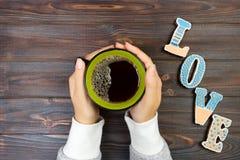 Femme avec la tasse de café chaude, avec des biscuits Concept d'amour Mot d'amour avec du café Photos stock