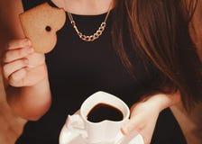 Femme avec la tasse du café et du gâteau Image libre de droits