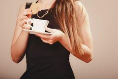 Femme avec la tasse du café et du gâteau Photo libre de droits
