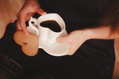 Femme avec la tasse du café et du gâteau Photographie stock libre de droits