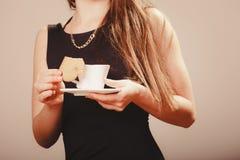 Femme avec la tasse du café et du gâteau Photos stock