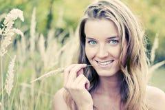 Femme avec la tige de blé Image libre de droits