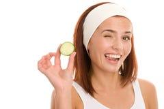 Femme avec la tranche de concombre Photo libre de droits