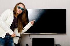 Femme avec la TV Photo stock