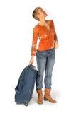 Femme avec la valise regardant un horaire Photographie stock libre de droits