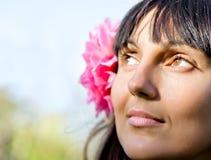 Femme avec la verticale rose de fleur Images stock