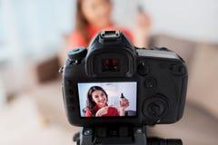 Femme avec la vidéo d'enregistrement de base et d'appareil-photo image stock