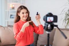 Femme avec la vidéo d'enregistrement de base et d'appareil-photo photo libre de droits