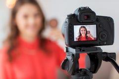 Femme avec la vidéo d'enregistrement de bronzer et d'appareil-photo images libres de droits