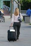 Femme avec le bagage images stock