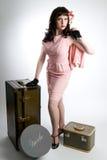 Femme avec le bagage de cru Photographie stock