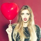 Femme avec le ballon de coeur Images libres de droits