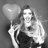 Femme avec le ballon de coeur Photographie stock