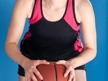 Femme avec le basket-ball Photo stock