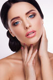 Femme avec le beau maquillage lumineux Photo stock