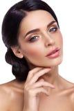 Femme avec le beau maquillage lumineux Images stock