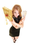 Femme avec le billet de banque de boîte-cadeau et d'argent de poli image libre de droits