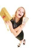 Femme avec le billet de banque de boîte-cadeau et d'argent de poli Images stock