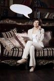 Femme avec le blanc de la pensée et de la bulle parlante Photo stock