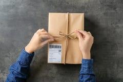 Femme avec le boîte-cadeau de colis photographie stock libre de droits