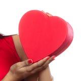 Femme avec le boîte-cadeau en forme de coeur rouge Photos libres de droits