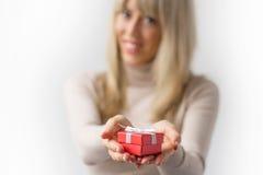 Femme avec le boîte-cadeau rouge images libres de droits