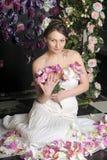 Femme avec le bouqet des roses Photographie stock libre de droits
