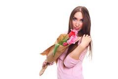 Femme avec le bouquet de fleur de ressort Fleurs sentantes étonnées heureuses de femme modèle Jour du `s de mère printemps 8 mars Image libre de droits