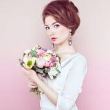 Femme avec le bouquet des fleurs dans des ses mains Image stock