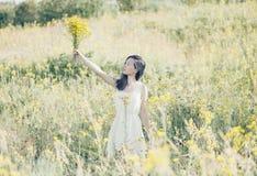 Femme avec le bouquet des fleurs extérieures Photos libres de droits