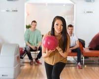 Femme avec le bowling de boule dans le club Image libre de droits