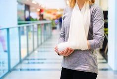 Femme avec le bras cassé photographie stock libre de droits