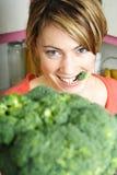 Femme avec le broccoli Photo libre de droits