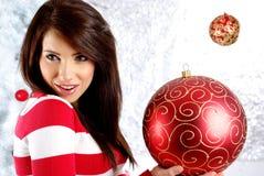 Femme avec le cadeau à côté de l'arbre de Noël blanc image stock