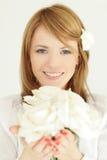 Femme avec le cadeau de fleurs Photographie stock libre de droits