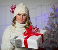 Femme avec le cadeau de Noël Photographie stock libre de droits