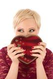 Femme avec le cadeau et le regard drôle de la valentine Photographie stock