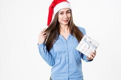 Femme avec le cadeau pour la nouvelle année et le Noël Photo libre de droits