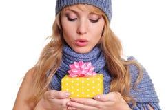 Femme avec le cadre de cadeau Photo stock