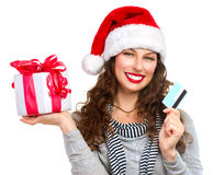 Femme avec le cadre de cadeau et par la carte de crédit Photo libre de droits