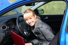 Femme avec le cahier dans le véhicule Photographie stock